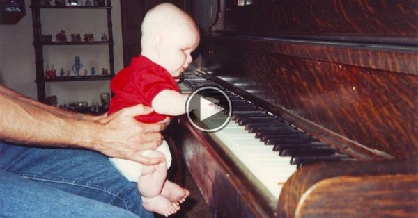 Acest bebeluș s-a născut fără ochi. Dar când tatăl îi dă un pian se întâmplă ceva de necrezut!!