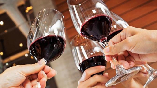 A fost deschisă prima FÂNTÂNĂ cu vin GRATUIT! Oamenii pot bea ORICÂT vin doresc, ORICÂND