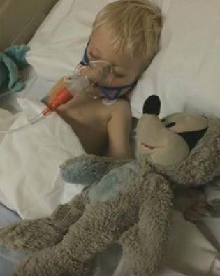 Și-au botezat URGENT copilul pe patul de spital, dar înainte să îl deconecteze de la aparate a picat în genunchi de uimire când a văzut ce se întâmpla cu el