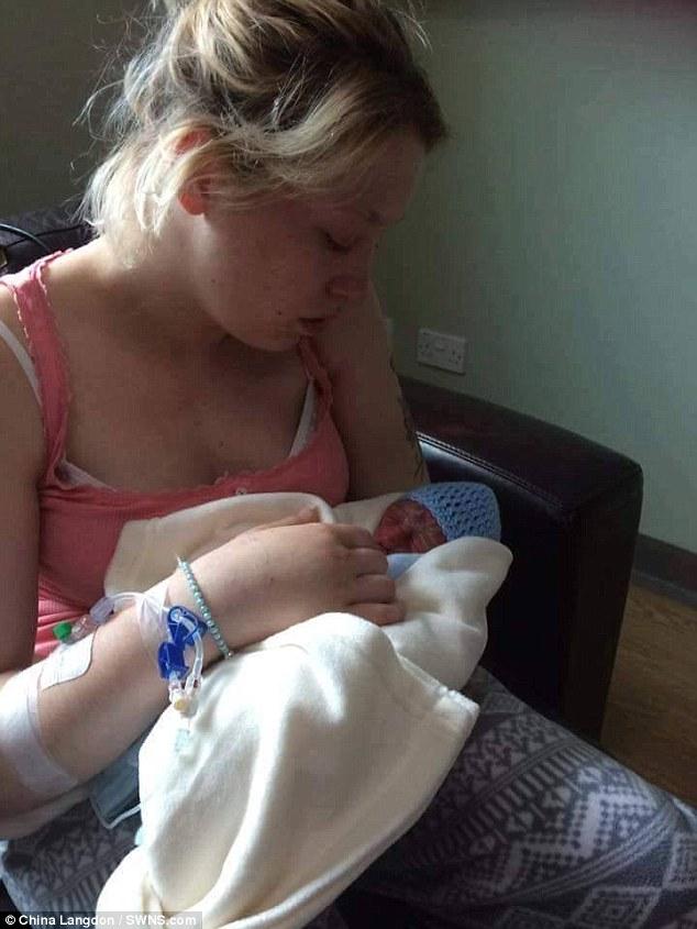 Mama își jelea copilașul născut mort când a văzut poza lui pe pagina de pe o rețea de socializare a unei femei necunoscute, când a aflat motivul s-a ÎNGROZIT