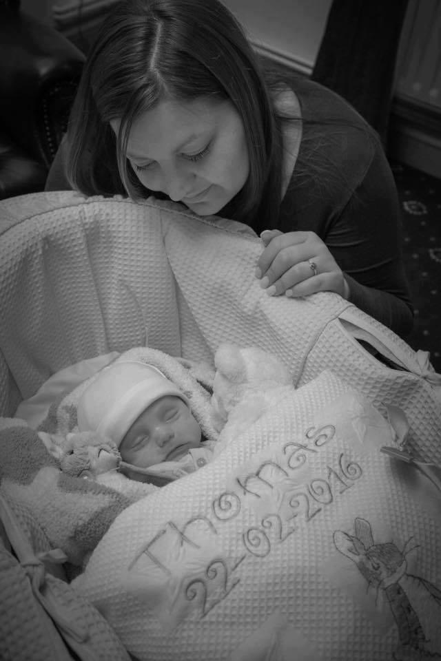 O mama a postat o poza cu bebelusul ei care pare ca doarme! Ce ascunde de fapt fotografia e DE NECREZUT