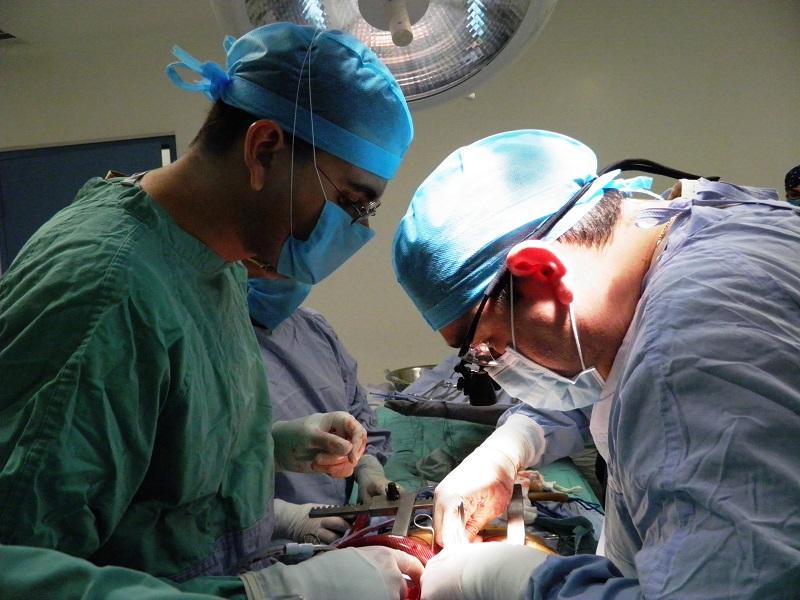 Medicul venise să-i OPEREZE băiatul grav bolnav iar tatăl acestuia a sărit SĂ-L BATĂ pe medic pentru că ÎTÂRZIASE la operație. Când a aflat MOTIVUL ÎNTÂRZIERII medicului, tatăl disperat s-a prbușit cu lacrimi în ochi