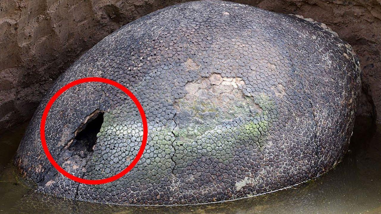 Wow! A plecat să se plimbe dar a rămas uimit când a găsit într-o peșteră ceva ce părea să fie un ou uriaș de dinozaur! Ce s-a dovedit a fi cu adevărat obiectul e și mai nebunesc