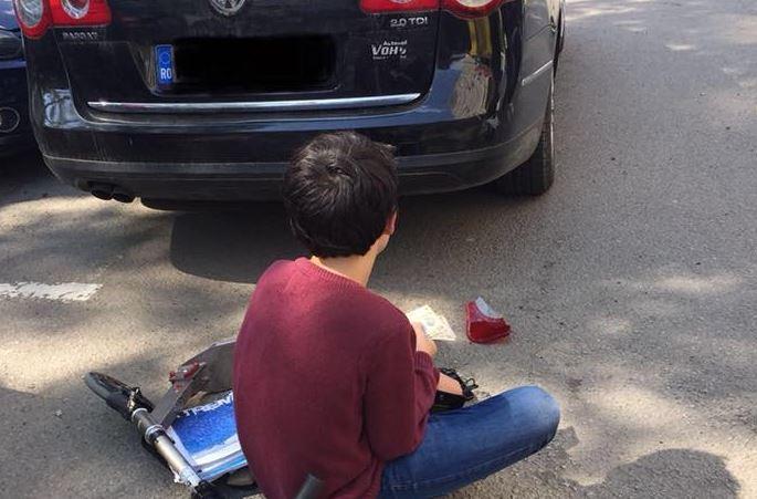 S-a întâmplat în Cluj! Băiatul a intrat cu trotineta în mașină și a zgâriat-o! Gestul făcut de copil apoi l-a făcut pe proprietar să plângă! De la așa ceva nu se aștepta nici de la un adult! Poveste adevărată
