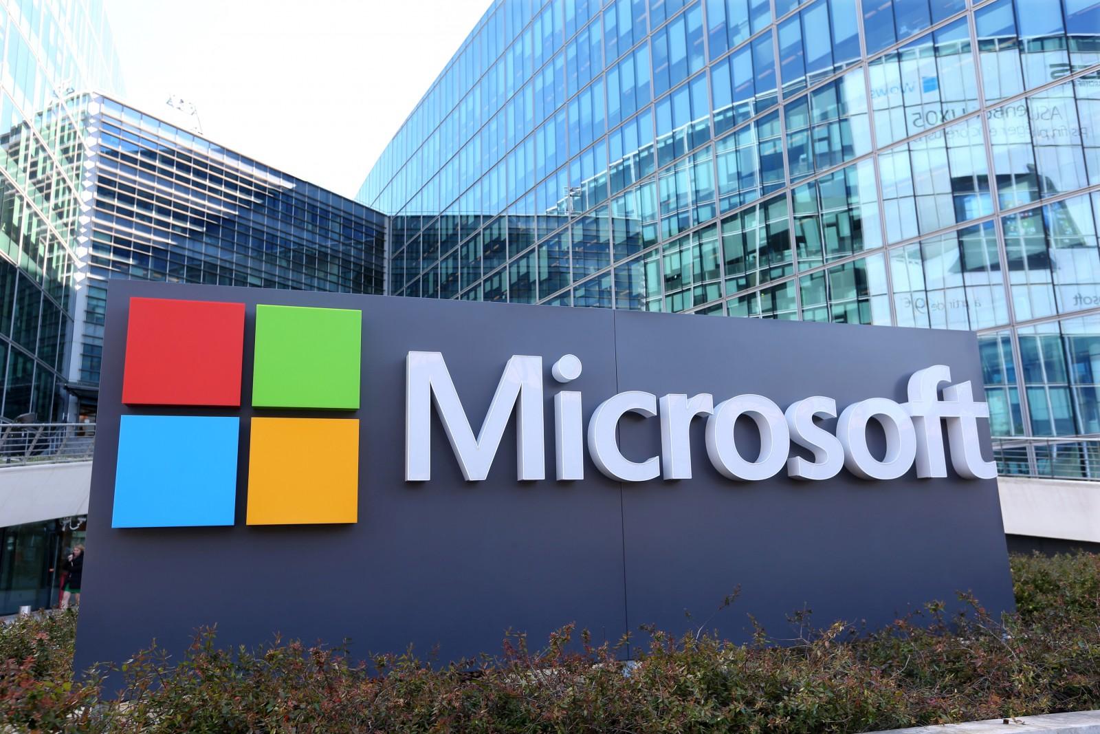 Gigantul Microsoft deschide în Londra primul magazin de retail din Europa, foarte aproape de locaţia Apple