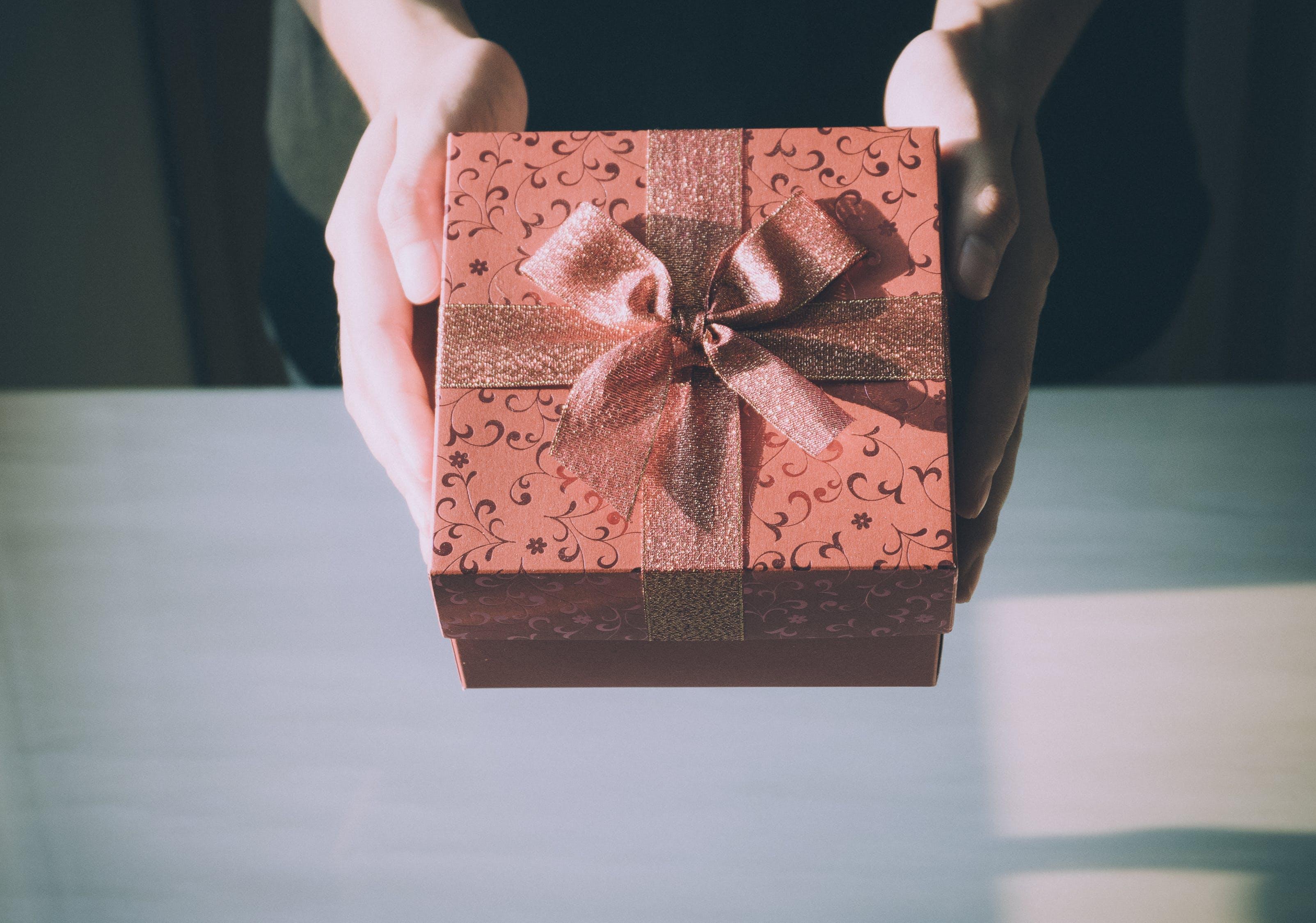 5 cadouri perfecte pentru femei: Nu poți da greș cu ele!