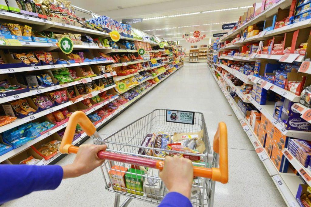 Produse precum margarina, chipsurile, produsele semipreparate sau popcornul la microunde ar putea dispărea din alimentaţia românilor
