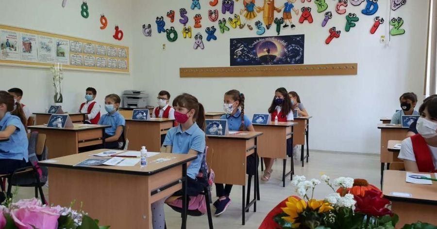 O școală din România trece la scenariul roşu, cursuri online, imediat după ce cazurile covid-19 au crescut