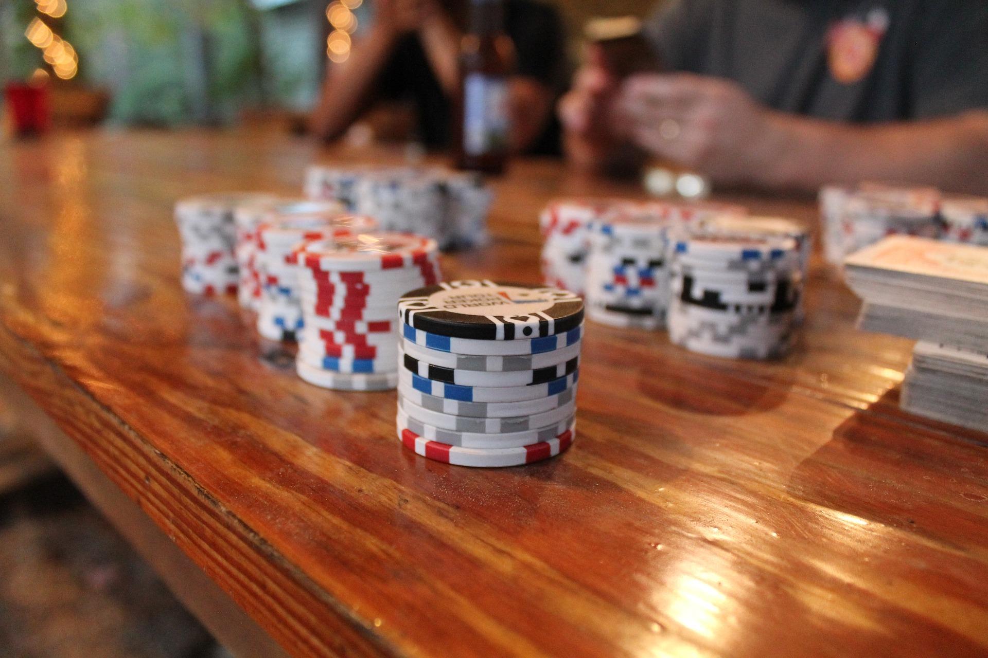 Ce case de pariuri îți oferă posibilitatea de a participa la turnee online de poker?